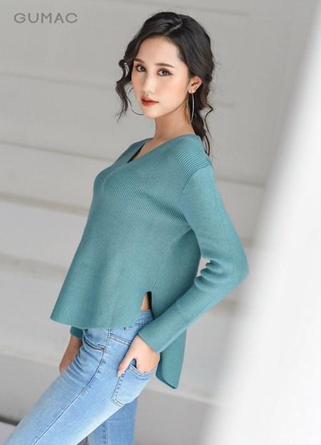 áo len cổ tim màu xanh phối với quần jeans đơn giản