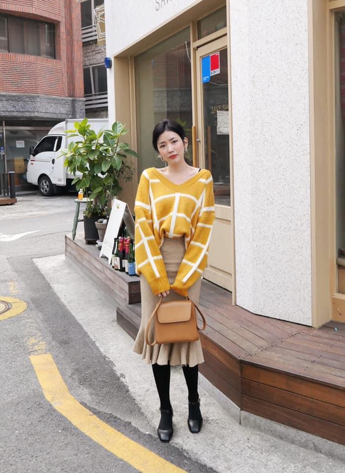 áo len cổ tim sặc sỡ với họa tiết kẻ sọc kết hợp chân váy dài