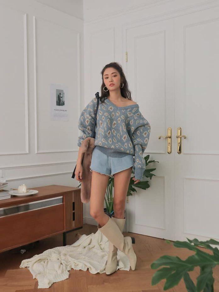 áo len cổ tim họa tiết đáng yêu phối với quần short jeans năng động