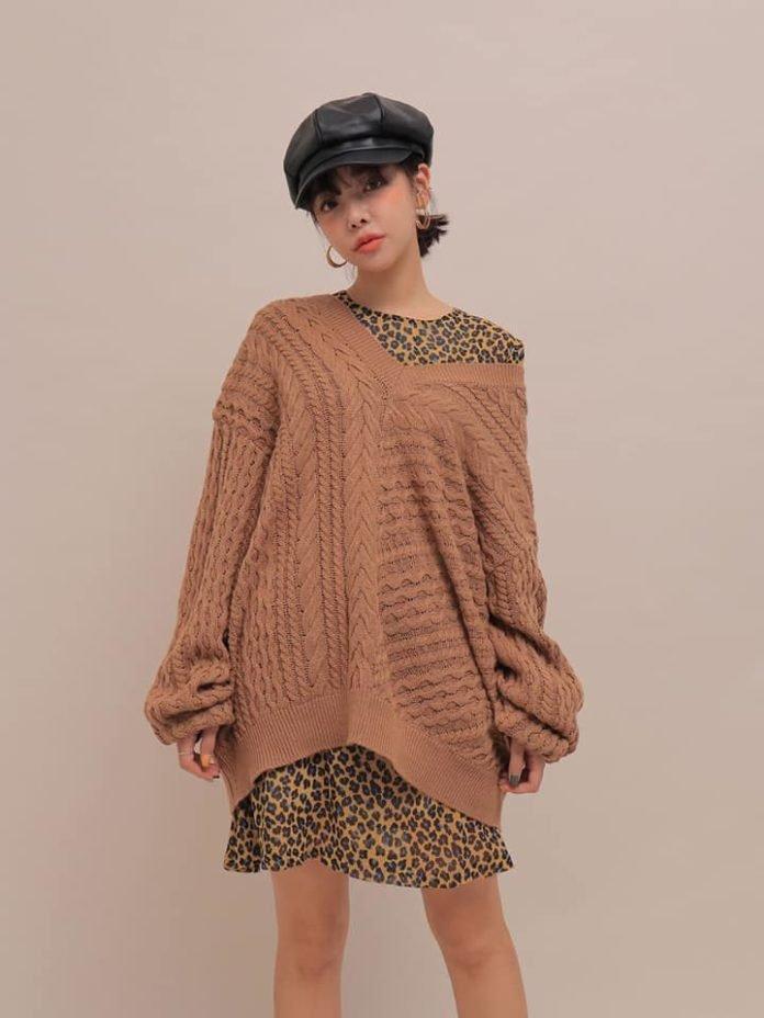 cách phối áo len cổ tim form rộng với váy liền thân cực chất