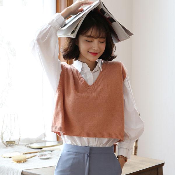 áo len gile cách điệu phối với áo sơ mi trắng đáng yêu