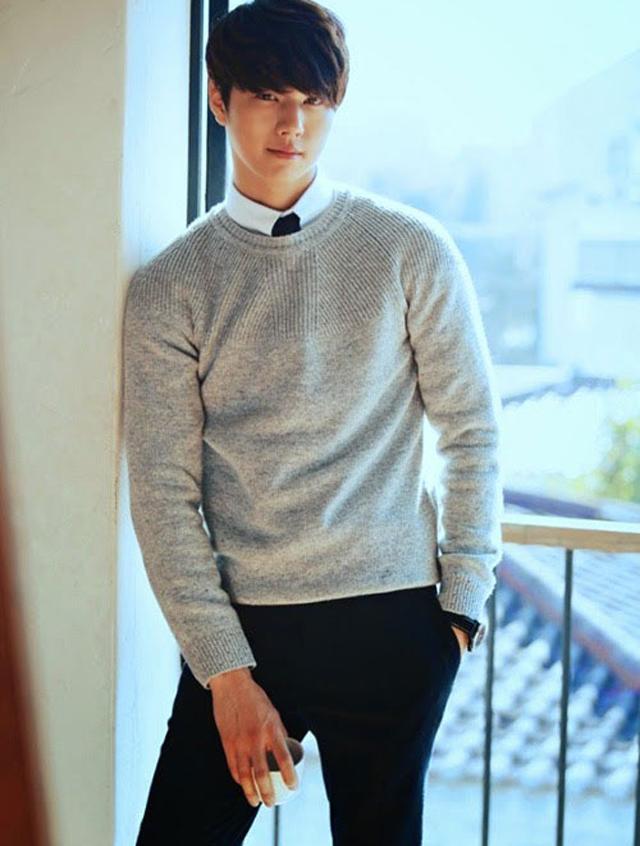 áo len cổ tròn màu xám đi cùng áo sơ mi trắng lãng tử