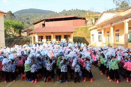Mang Tết về bản - Hơn 3000 chiếc áo ấm được trao tặng cho trẻ em vùng cao
