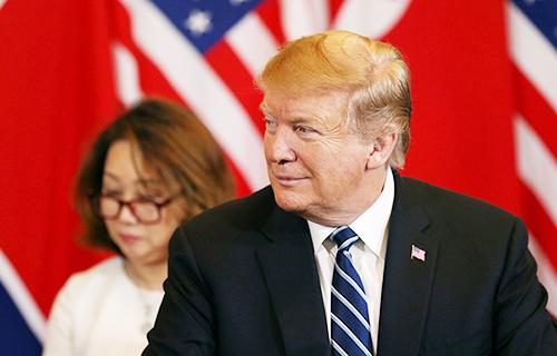 tổng thống Trump đeo cà vạt kẻ sọc sang trọng