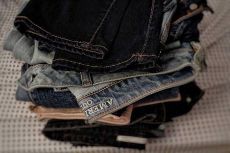 Cách giặt quần jean bị nhiều vết dơ DỄ DÀNG ai cũng làm được